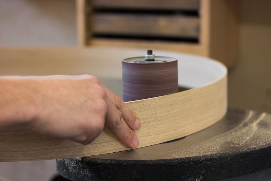 drevené svietidlo v tvare obruče