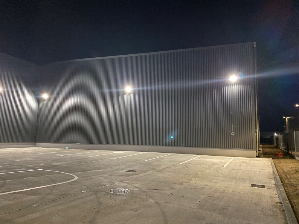 led reflektory na osvetlenie vonkajsich priestorov